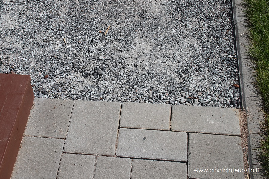 Betonikiven välistä puuttuu saumaushiekka ja kivet ovat lähteneet hieman liikkeelle.