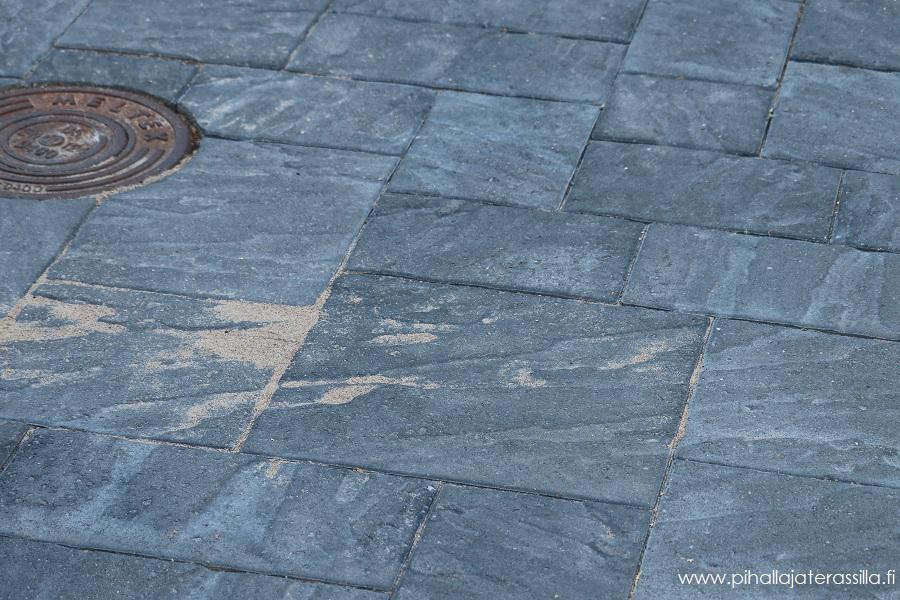 Betonikiveyksen päällä on hienojakoista saumaushiekkaa,  jota harjataan myöhemmin saumoihin.