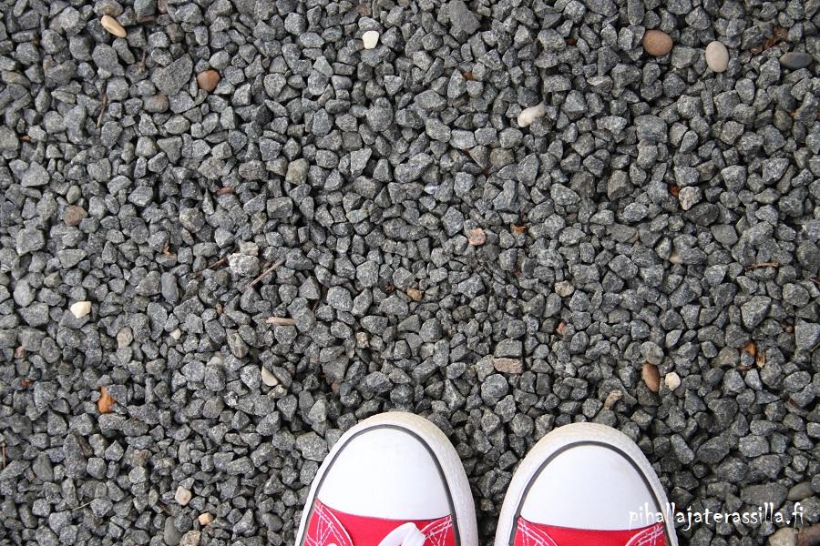Betonikivi, liuskekivi vai kivituhka pihan pinnoitteena? Kuvassa on pienirakeista sepeliä eli mursketta pihan pintana.
